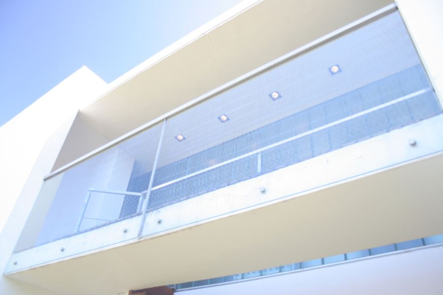 bigBaranda en vidrio templado 10mm. incoloro – insertos de acero – pasamano aluminio anodizado