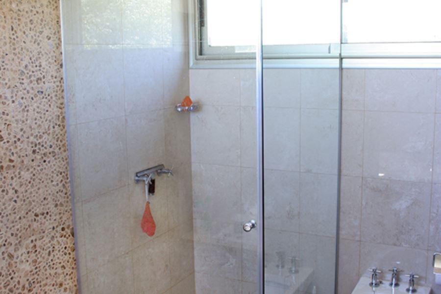 bigBox ducha en vidrio 10mm. incoloro templado 1 hoja rebatible con bisagras – 1 paño fijo